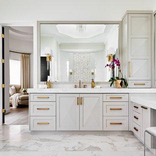 Foto på ett stort vintage grå en-suite badrum, med skåp i shakerstil, grå skåp, vita väggar, vitt golv, ett fristående badkar, en öppen dusch, en toalettstol med hel cisternkåpa, vit kakel, mosaik, klinkergolv i porslin, ett undermonterad handfat, bänkskiva i kvarts och med dusch som är öppen