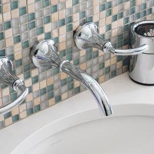 Idéer för mellanstora vintage badrum, med ett undermonterad handfat, släta luckor, vita skåp, bänkskiva i kvarts, en hörndusch, en toalettstol med separat cisternkåpa, beige kakel, porslinskakel, blå väggar och klinkergolv i porslin