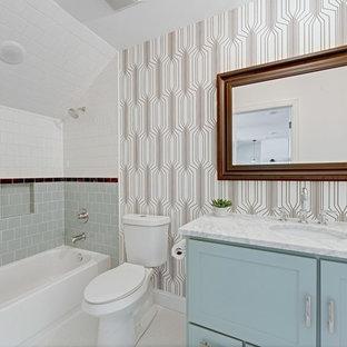 Inspiration för klassiska vitt badrum med dusch, med skåp i shakerstil, blå skåp, ett badkar i en alkov, en dusch/badkar-kombination, grå kakel, vit kakel, flerfärgade väggar, ett undermonterad handfat och vitt golv