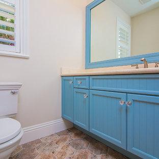 Foto di una piccola stanza da bagno country con pareti grigie, top in quarzo composito, ante con riquadro incassato, ante blu, WC monopezzo, pavimento in terracotta e pavimento rosso