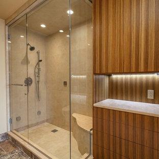 Esempio di una sauna tradizionale di medie dimensioni con consolle stile comò, ante in legno chiaro, top in granito, piastrelle beige, piastrelle in pietra, WC a due pezzi, lavabo sottopiano, pareti beige e pavimento in travertino