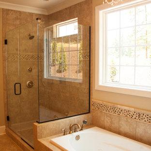 他の地域の中くらいのトラディショナルスタイルのおしゃれなマスターバスルーム (ドロップイン型浴槽、コーナー設置型シャワー、ベージュのタイル、セラミックタイル、ベージュの壁、セラミックタイルの床) の写真