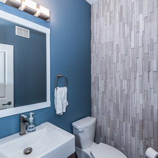 Foto de cuarto de baño tradicional renovado, pequeño, con sanitario de dos piezas, paredes azules, suelo de madera oscura y suelo marrón