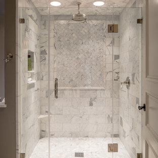 Idéer för ett mycket stort klassiskt badrum, med en hörndusch, vit kakel, mosaik, vita väggar och marmorgolv