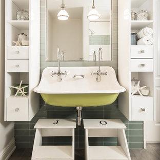 Esempio di una stanza da bagno per bambini costiera con ante bianche, piastrelle verdi, piastrelle di vetro e lavabo rettangolare