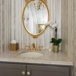 Свежая идея для дизайна: маленькая ванная комната в классическом стиле с фасадами в стиле шейкер, коричневыми фасадами, плиткой из листового камня, врезной раковиной и столешницей из кварцита - отличное фото интерьера