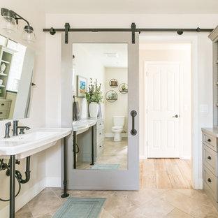 Idee per una stanza da bagno country con ante con riquadro incassato, ante grigie, pareti beige, lavabo a consolle e pavimento beige