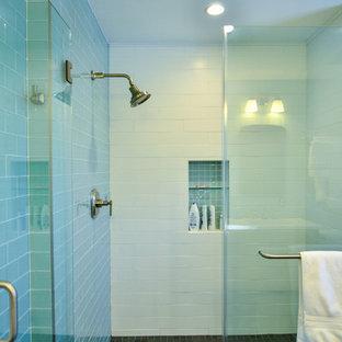 Idées déco pour une grand salle de bain principale moderne avec un lavabo encastré, un placard à porte shaker, des portes de placard en bois sombre, un plan de toilette en quartz, une douche ouverte, un carrelage bleu, un carrelage en pâte de verre, un mur bleu et un sol en ardoise.