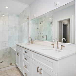 Modelo de cuarto de baño principal, tradicional renovado, grande, con armarios con paneles empotrados, puertas de armario blancas, ducha empotrada, sanitario de dos piezas, losas de piedra, paredes azules, suelo con mosaicos de baldosas, lavabo bajoencimera y encimera de mármol