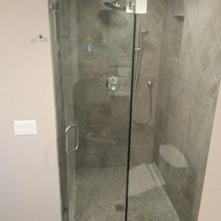 Foto di una stanza da bagno padronale minimal di medie dimensioni con doccia ad angolo, WC monopezzo, piastrelle grigie, piastrelle in ceramica, pareti gialle, pavimento in travertino, lavabo a colonna, pavimento bianco, porta doccia a battente e top beige