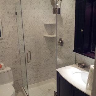 Mittelgroßes Modernes Badezimmer En Suite mit Schrankfronten mit vertiefter Füllung, türkisfarbenen Schränken, Duschnische, Wandtoilette mit Spülkasten, schwarz-weißen Fliesen, Keramikfliesen, weißer Wandfarbe, Keramikboden, Einbauwaschbecken, Waschtisch aus Holz, weißem Boden, Falttür-Duschabtrennung und gelber Waschtischplatte in New York
