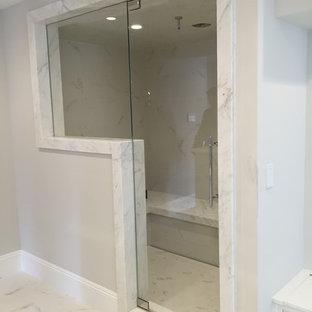 Immagine di una piccola sauna design con piastrelle bianche, piastrelle in gres porcellanato, pareti bianche e pavimento in marmo