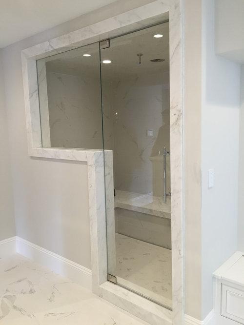 Einrichtungsidee Für Kleine Moderne Badezimmer Mit Weißen Fliesen,  Porzellanfliesen, Weißer Wandfarbe, Marmorboden Und
