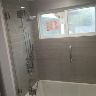 Ispirazione per una piccola sauna contemporanea con vasca ad alcova, vasca/doccia, piastrelle grigie, piastrelle in gres porcellanato, pareti grigie e pavimento in ardesia