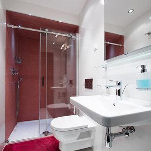 Imagen de cuarto de baño con ducha, minimalista, de tamaño medio, con ducha empotrada, sanitario de pared, baldosas y/o azulejos rojos, losas de piedra, paredes blancas, lavabo suspendido, suelo blanco y ducha con puerta corredera