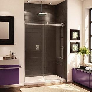 Bild på ett stort vintage en-suite badrum, med släta luckor, lila skåp, en dusch i en alkov, beige väggar, mörkt trägolv, ett fristående handfat, brunt golv och dusch med skjutdörr