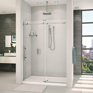 Réalisation d'une grand salle de bain design avec un placard à porte plane, des portes de placard blanches, une baignoire indépendante, un carrelage blanc, un mur blanc, une vasque, un sol blanc, une cabine de douche à porte coulissante et un plan de toilette blanc.