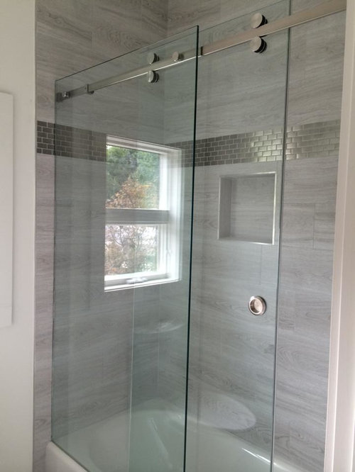Salle de bain moderne avec carrelage en m tal photos et for Photos salle de bain moderne