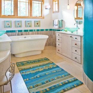 Idee per una stanza da bagno stile americano con lavabo a bacinella, ante in stile shaker, ante beige, top in marmo, vasca freestanding, piastrelle multicolore, piastrelle di vetro, pareti bianche e pavimento in cemento