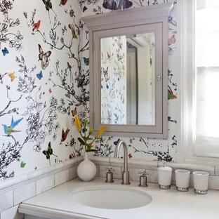 Ispirazione per una stanza da bagno tradizionale con pareti multicolore e ante a filo