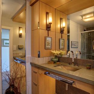 サンフランシスコの小さいコンテンポラリースタイルのおしゃれなバスルーム (浴槽なし) (アンダーカウンター洗面器、フラットパネル扉のキャビネット、中間色木目調キャビネット、人工大理石カウンター、茶色いタイル、モザイクタイル、オープン型シャワー、壁掛け式トイレ、白い壁、モザイクタイル、茶色い床) の写真