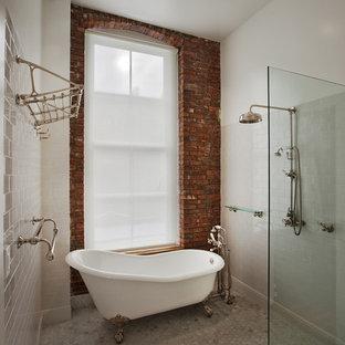 Mittelgroßes Industrial Duschbad mit Löwenfuß-Badewanne, offener Dusche, weißen Fliesen, Metrofliesen, offener Dusche, weißer Wandfarbe, Marmorboden und grauem Boden in New York