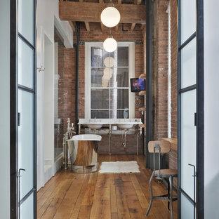 Idéer för att renovera ett stort industriellt en-suite badrum, med ett fristående badkar, marmorbänkskiva, en dusch i en alkov, ett konsol handfat, röda väggar, mellanmörkt trägolv, brunt golv, öppna hyllor, skåp i mellenmörkt trä, röd kakel och med dusch som är öppen