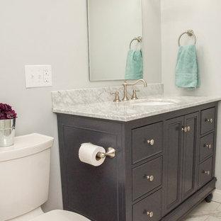 Idéer för ett litet klassiskt badrum med dusch, med en toalettstol med separat cisternkåpa, beige kakel, grå väggar, ett undermonterad handfat, marmorbänkskiva, luckor med infälld panel, skåp i mörkt trä, ett badkar i en alkov, en dusch/badkar-kombination, keramikplattor, marmorgolv, vitt golv och dusch med duschdraperi