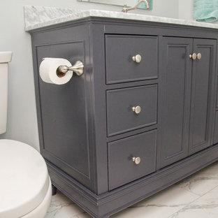 Idéer för att renovera ett litet vintage badrum med dusch, med luckor med infälld panel, skåp i mörkt trä, ett badkar i en alkov, en dusch/badkar-kombination, en toalettstol med separat cisternkåpa, beige kakel, keramikplattor, grå väggar, marmorgolv, ett undermonterad handfat, marmorbänkskiva, vitt golv och dusch med duschdraperi