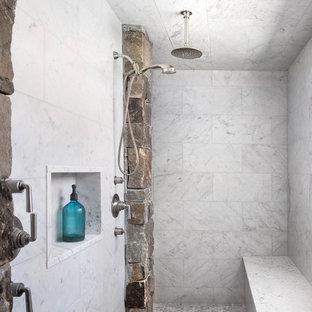 Foto di una stanza da bagno padronale rustica con doccia doppia e piastrelle bianche