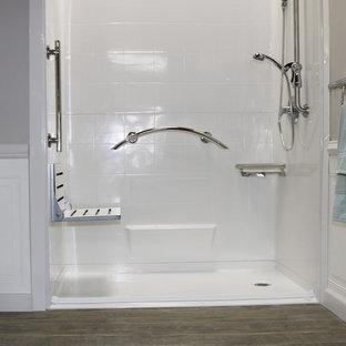 Modelo de cuarto de baño principal, moderno, de tamaño medio, con ducha a ras de suelo, paredes beige, suelo de linóleo, suelo marrón y ducha con cortina