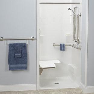 Esempio di una stanza da bagno con doccia moderna di medie dimensioni con doccia a filo pavimento, pareti grigie, pavimento in linoleum, pavimento beige e doccia con tenda