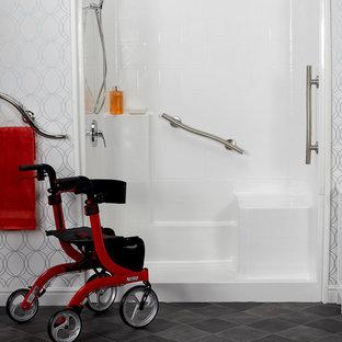 Esempio di una stanza da bagno padronale moderna di medie dimensioni con ante bianche, doccia alcova, pareti bianche, pavimento in linoleum, pavimento grigio e doccia con tenda