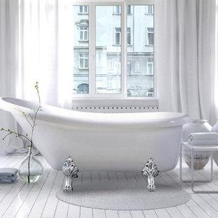 Modelo de cuarto de baño principal, moderno, grande, con bañera exenta, paredes grises, suelo de madera pintada y suelo gris