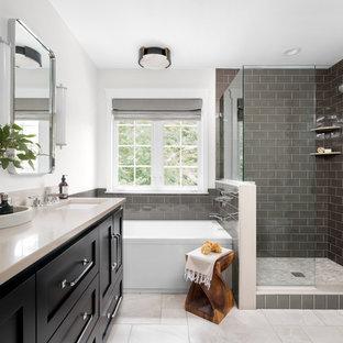 他の地域の広いトランジショナルスタイルのおしゃれなマスターバスルーム (シェーカースタイル扉のキャビネット、黒いキャビネット、コーナー設置型シャワー、サブウェイタイル、白い壁、大理石の床、クオーツストーンの洗面台、ベージュの床、開き戸のシャワー、ベージュのカウンター、アルコーブ型浴槽、グレーのタイル、アンダーカウンター洗面器) の写真