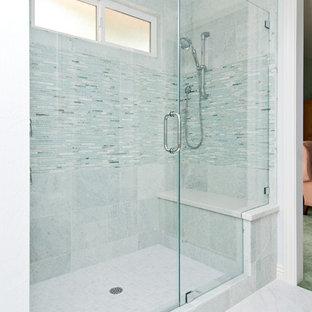 Ejemplo de cuarto de baño principal, costero, grande, con lavabo bajoencimera, armarios con paneles empotrados, puertas de armario de madera oscura, ducha empotrada, sanitario de dos piezas, baldosas y/o azulejos azules y paredes azules