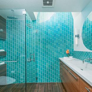 Immagine di una stanza da bagno padronale moderna di medie dimensioni con ante lisce, ante in legno scuro, doccia a filo pavimento, WC monopezzo, piastrelle verdi, piastrelle in ceramica, pareti bianche, pavimento in gres porcellanato, lavabo sottopiano e top in quarzo composito
