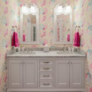 Ejemplo de cuarto de baño infantil, tradicional, grande, con lavabo bajoencimera, puertas de armario blancas, encimera de mármol, baldosas y/o azulejos multicolor, baldosas y/o azulejos de piedra, paredes multicolor, suelo de mármol y armarios con rebordes decorativos