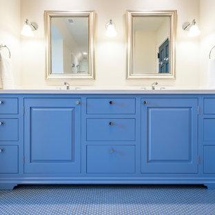 Ejemplo de cuarto de baño principal, marinero, de tamaño medio, con armarios con paneles con relieve, puertas de armario azules, paredes blancas, suelo con mosaicos de baldosas y suelo azul