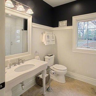 Mittelgroßes Klassisches Duschbad mit Duschnische, Wandtoilette mit Spülkasten, weißen Fliesen, schwarzer Wandfarbe, Travertin, Waschtischkonsole, Mineralwerkstoff-Waschtisch, beigem Boden und Falttür-Duschabtrennung in Chicago