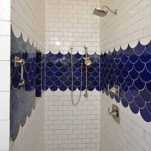 Esempio di una grande stanza da bagno con doccia country con doccia alcova, piastrelle bianche, piastrelle in ceramica, pareti bianche, pavimento con piastrelle in ceramica, pavimento blu e porta doccia a battente
