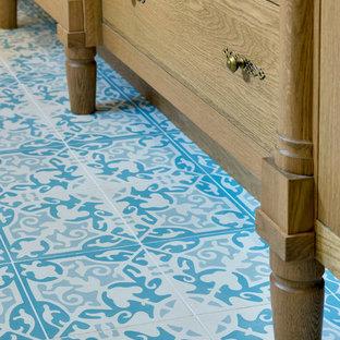 Ispirazione per una stanza da bagno padronale country di medie dimensioni con consolle stile comò, ante in legno scuro, piastrelle blu, piastrelle di cemento e pavimento con piastrelle in ceramica