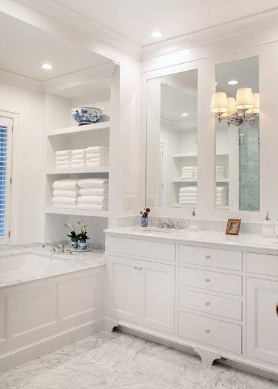 トラディショナル 浴室 by Geneva Cabinet Company, LLC
