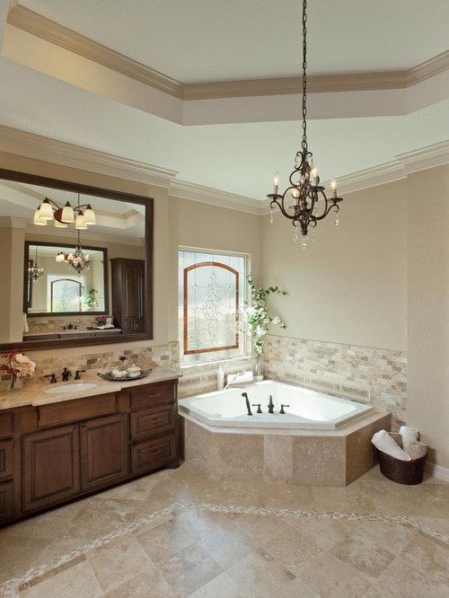 salle de bain avec une baignoire d'angle et un sol en travertin ... - Placard D Angle Salle De Bain
