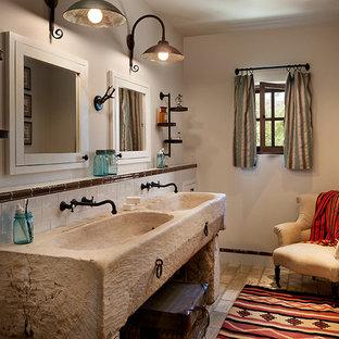Inspiration pour une salle de bain chalet de taille moyenne avec un mur beige, un sol en brique, un plan de toilette en bois et un lavabo intégré.