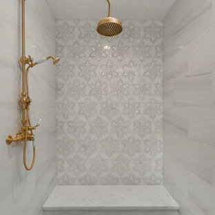 Exempel på ett mycket stort shabby chic-inspirerat flerfärgad flerfärgat en-suite badrum, med öppna hyllor, skåp i slitet trä, ett fristående badkar, en dusch i en alkov, en toalettstol med separat cisternkåpa, flerfärgad kakel, spegel istället för kakel, flerfärgade väggar, klinkergolv i porslin, ett konsol handfat, marmorbänkskiva, flerfärgat golv och dusch med gångjärnsdörr