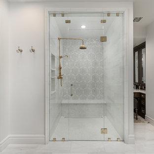Стильный дизайн: огромная главная ванная комната в стиле кантри с фасадами островного типа, коричневыми фасадами, отдельно стоящей ванной, душем в нише, унитазом-моноблоком, разноцветной плиткой, мраморной плиткой, белыми стенами, мраморным полом, настольной раковиной, мраморной столешницей, белым полом, душем с распашными дверями и разноцветной столешницей - последний тренд