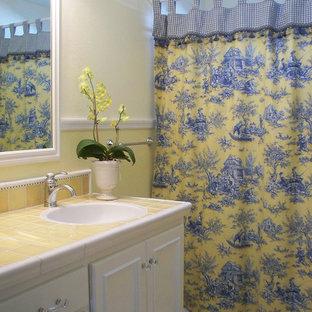 Idéer för ett lantligt gul badrum