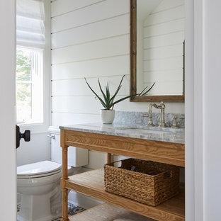 Esempio di una stanza da bagno con doccia country con nessun'anta, ante in legno scuro, WC a due pezzi, pareti bianche, pavimento in cementine, lavabo sottopiano, pavimento multicolore e top grigio
