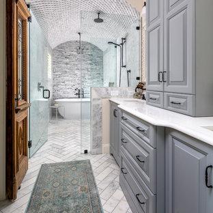 Inspiration för stora klassiska vitt en-suite badrum, med luckor med upphöjd panel, grå skåp, ett fristående badkar, en öppen dusch, en toalettstol med separat cisternkåpa, grå kakel, marmorkakel, grå väggar, marmorgolv, ett undermonterad handfat, bänkskiva i kvarts, grått golv och dusch med gångjärnsdörr